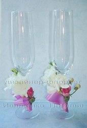 Украшение свадебных бокалов цветами и декором.