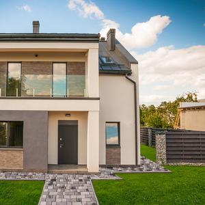 Продам дом , расположен в закрытом коттеджном городке с Романков